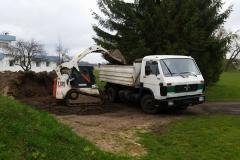 Bobcat beria žemes į sunkvežimį
