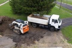 Bobcat išpilinėja žemes į sunkvežimį